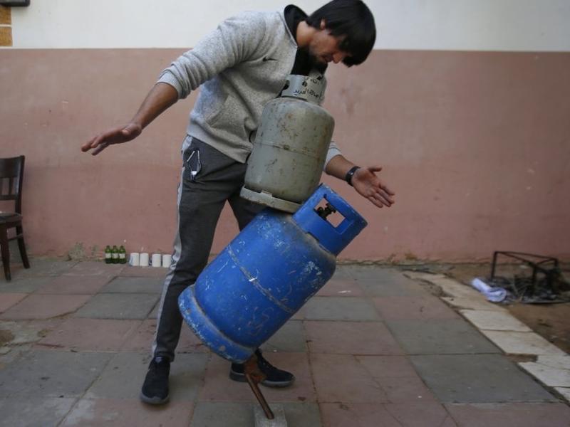 defying gravity : इस फिलिस्तीनी की कलाकारी के हो जाएंगे दीवाने, चीजों को ऐसे करता है बैलेंस
