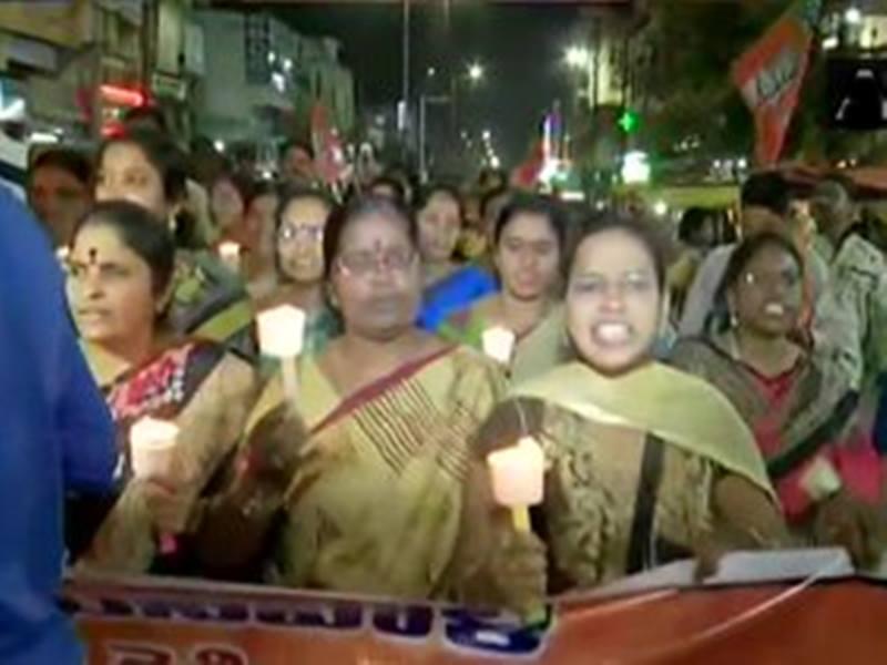 Hyderabad Doctor Murder Case: हैदराबाद में दुष्कर्म और हत्याकांड के विरोध में महिलाओं ने सड़क पर उतरकर जताया विरोध