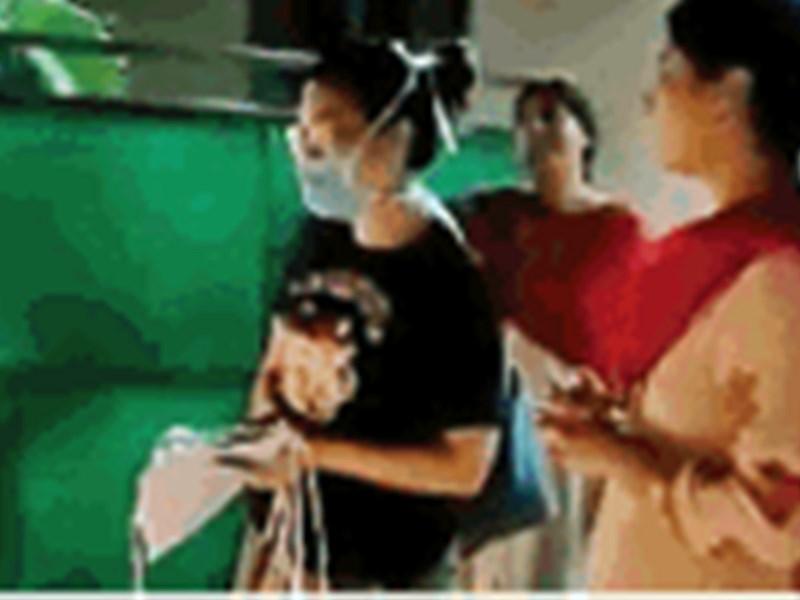 Coronavirus in Raipur : रायपुर में कोरोना से लड़कर लौटी बिटिया का ताली बजाकर किया स्वागत