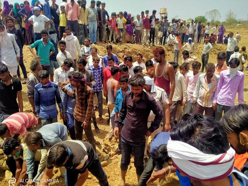 MP News : नीमच जिले में मिट्टी की खदान में दबने से एक महिला की मौत, एक गंभीर
