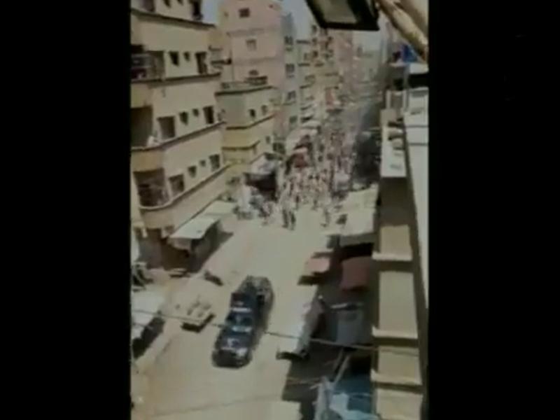 पाकिस्तान में Lockdown के दौरान पुलिस वैन पर किया सैंकड़ों लोगों ने पथराव, देखें VIDEO