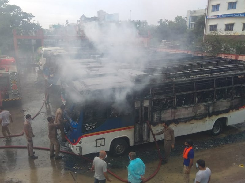 Fire in Bus Ujjain : उज्जैन के नानाखेड़ा बस स्टैंड पर खड़ी बसों में लगाई आग