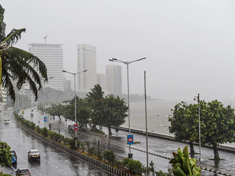 Nisarga तूफान गुजरने के बाद मुंबई में बारिश जारी, देखिए फोटो