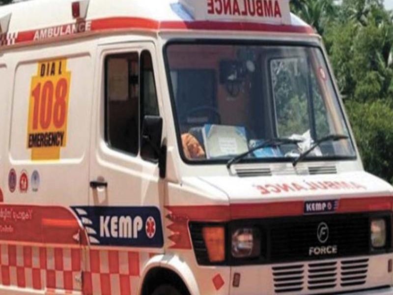 Ambulance Strike : गर्भवती महिलाओं को गोद में उठाकर अस्पताल पहुंचे परिजन