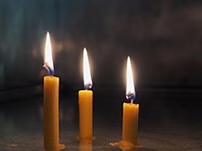 Corona : 5 अप्रैल को भारत में दीये जलाने से एक दिन पहले इटली के लोगों ने जलाई मोमबत्तियां