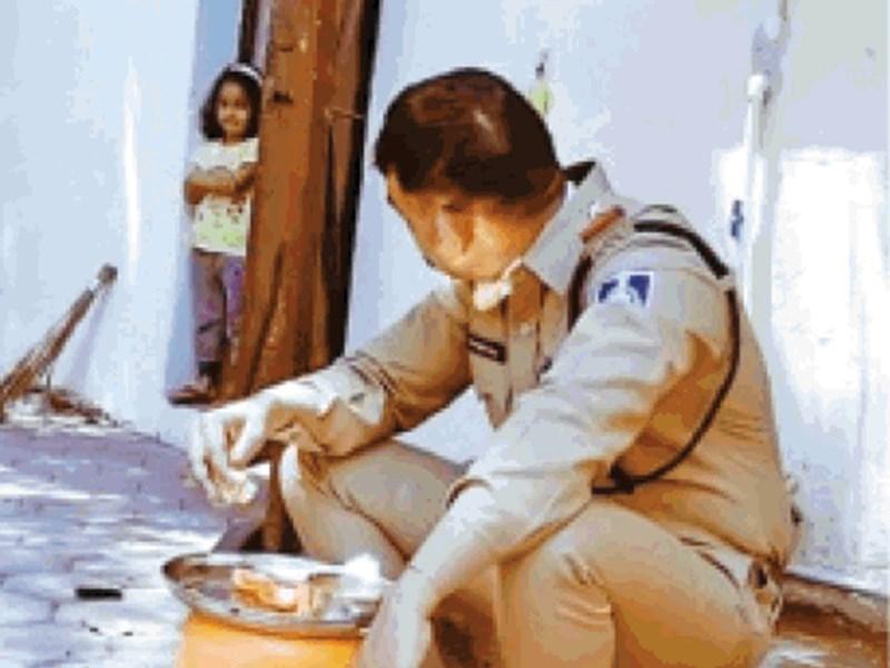 यही हैं असली हीरो, इंदौर के तुकोगंज थाना प्रभारी की तस्वीर हो रही वायरल