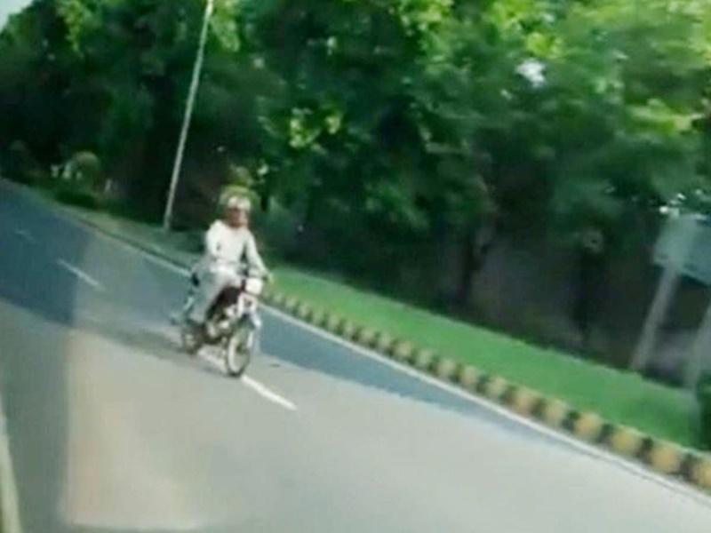 पाकिस्तान में भारतीय राजनयिक का ISI ने किया पीछा, देखे Video