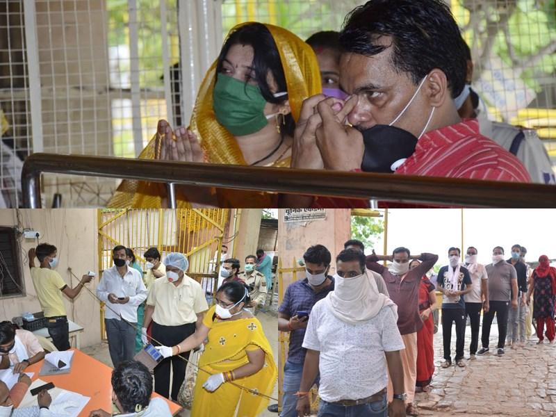 Guru Purnima 2020 : पीतांबरा मंदिर में गुरु पूर्णिमा पर भक्तों की लगी कतार