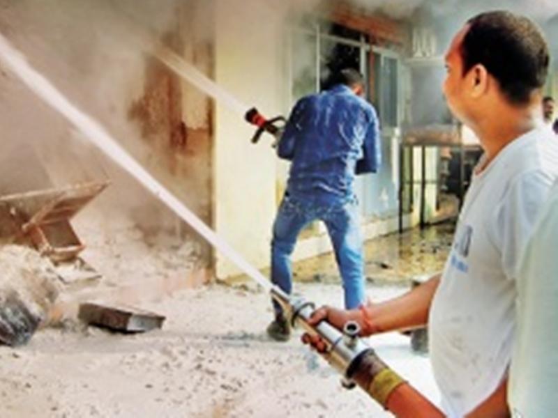 गोदाम में लगी आग, रासायनिक धुआं बना लोगों की परेशानी