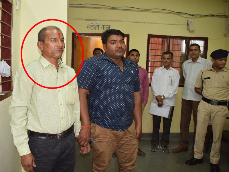 Rewa News : सरकारी दफ्तर का चपरासी खुद को लोकायुक्त अधिकारी बताकर करता था वसूली