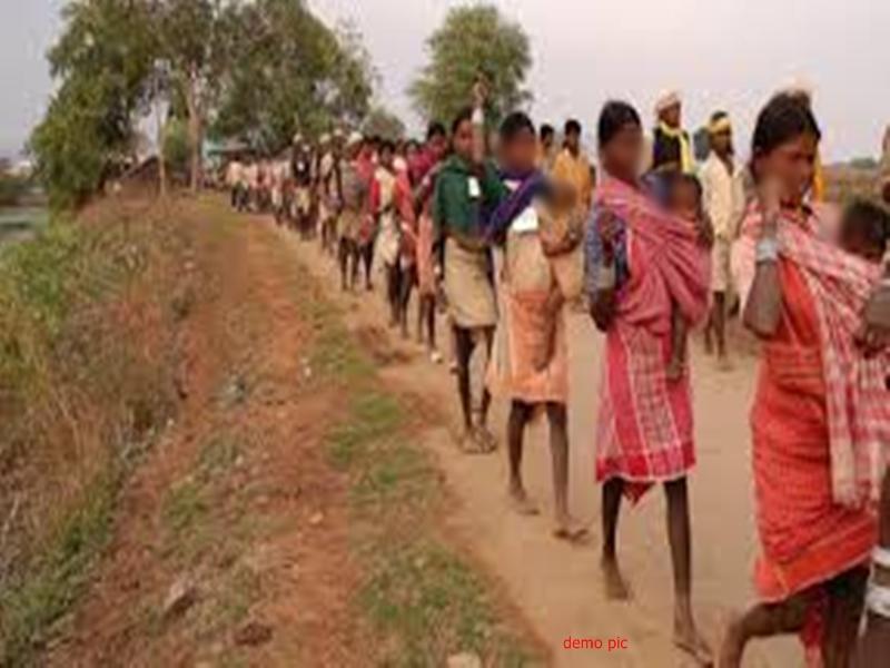 Sarkeguda fake naxal encounter case : एफआईआर से इंकार पर थाने में आदिवासियों का धरना