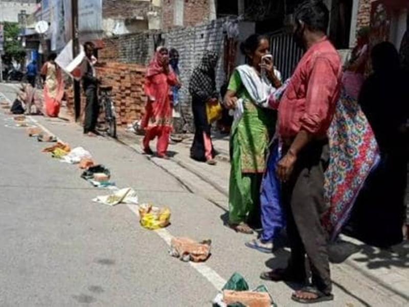 Lockdown in UP: फ्री राशन मिलने की फैली खबर तो यहां लगी लंबी कतार