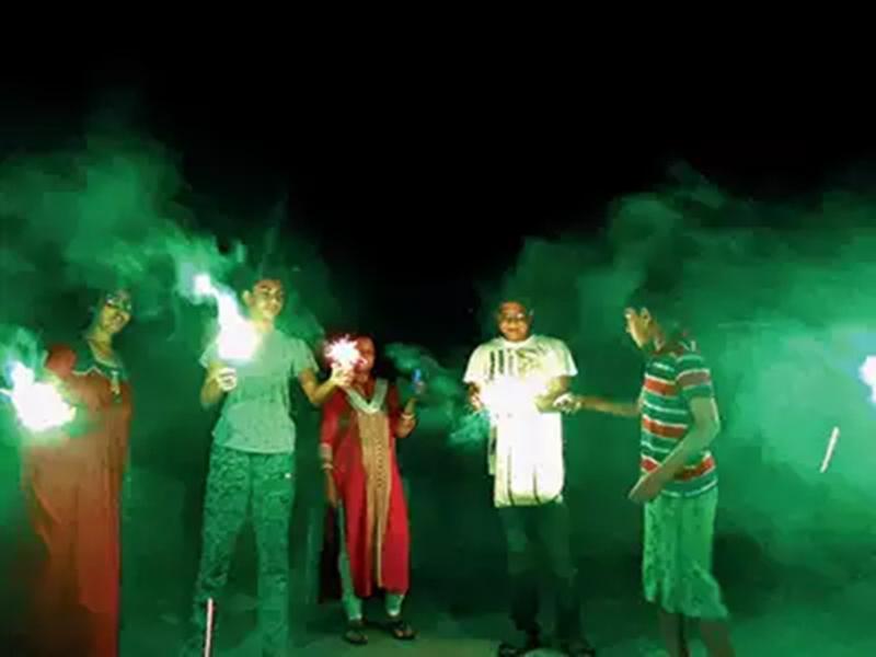 दीये जलाने की अपील पर पटाखे छोड़कर बढ़ा दिया प्रदूषण