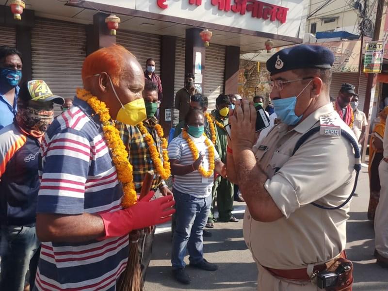 सीहोर में एसपी ने किया सफाई कर्मचारियों का सम्मान, ताली बजाकर पहनाई माला
