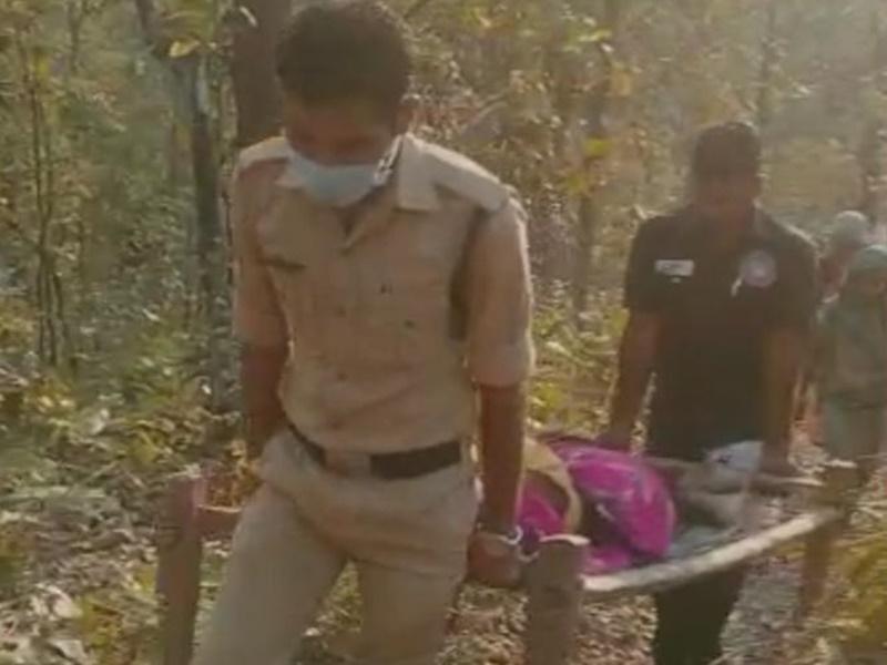 Korba News: जवानों ने गर्भवती को खाट में उठाकर पार की नदी, अस्पताल के गेट पर प्रसव