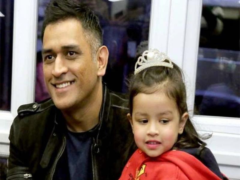 बेटी Ziva ने पापा MS Dhoni को जन्मदिन पर दिया अनमोल तोहफा, देखें Video