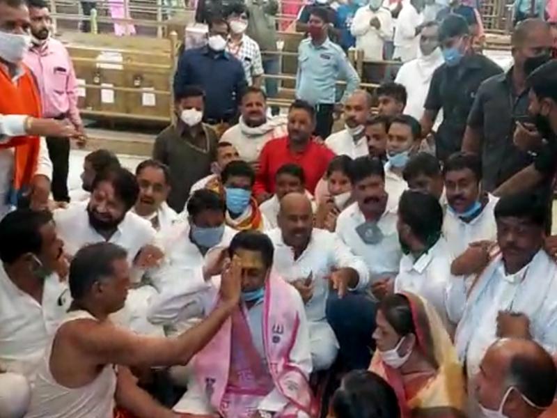 Mahakal Temple : महाकाल मंदिर में नेता तोड़ रहे नियम, ना शारीरिक दूरी का पालन, ना लगा रहे मास्क