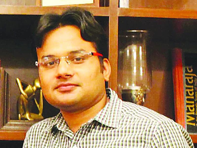 Tikamgarh Collector : टीकमगढ़ कलेक्टर का तबादला रुकवाने विद्यार्थियों ने घेरा दफ्तर