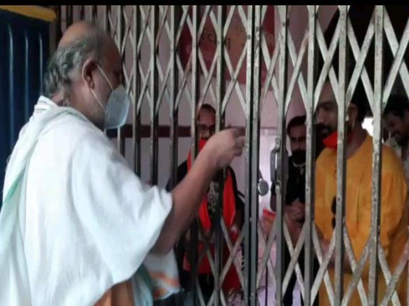 बिलासपुर : पुजारी ने मास्क लगाकर की पूजा