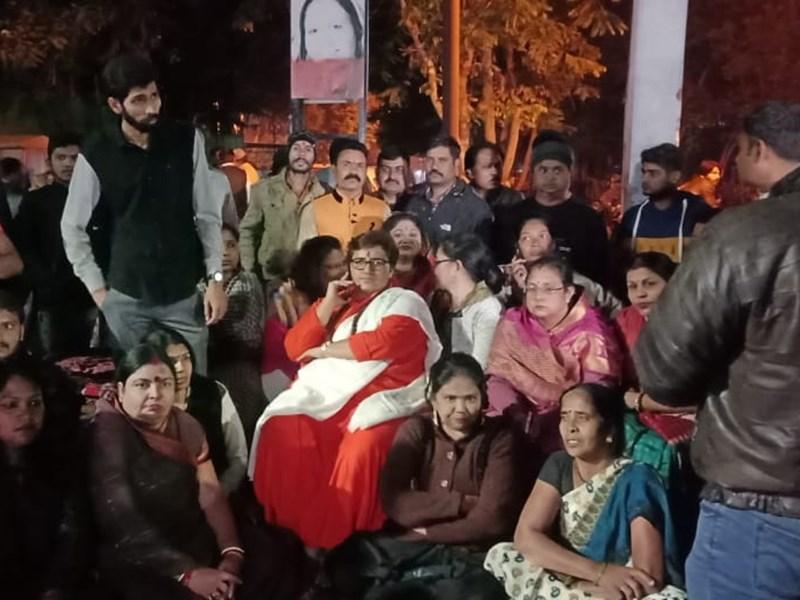 Bhopal MP Pragya Singh Thakur : धरने पर बैठी भोपाल सांसद प्रज्ञा सिंह ने पुलिस अफसरों पर फेंकी चूड़ियां