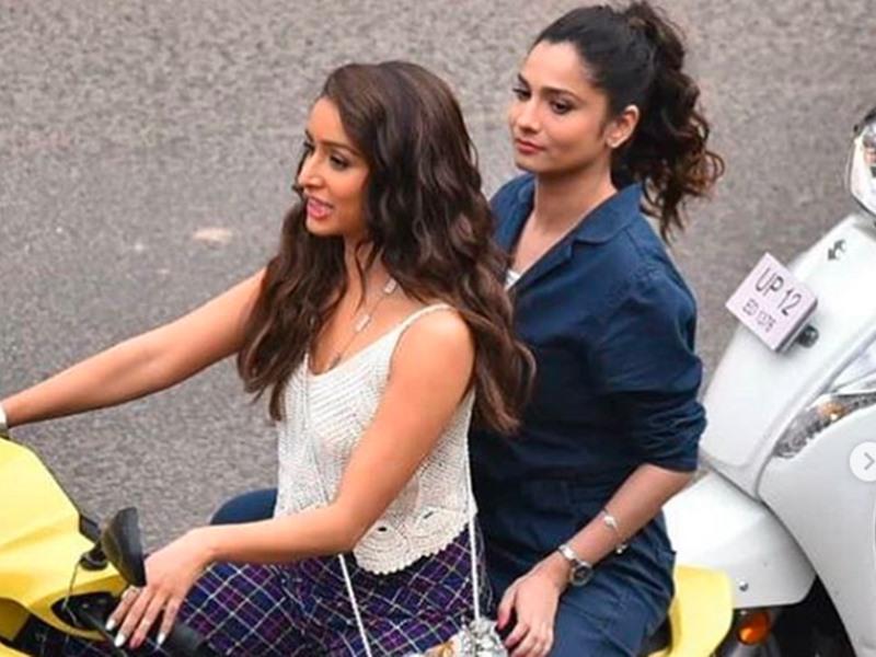 Shraddha Kapoor और Ankita Lokhande जयपुर की सड़कों पर टू व्हीलर पर घूमती दिखीं, देखिए तस्वीरें