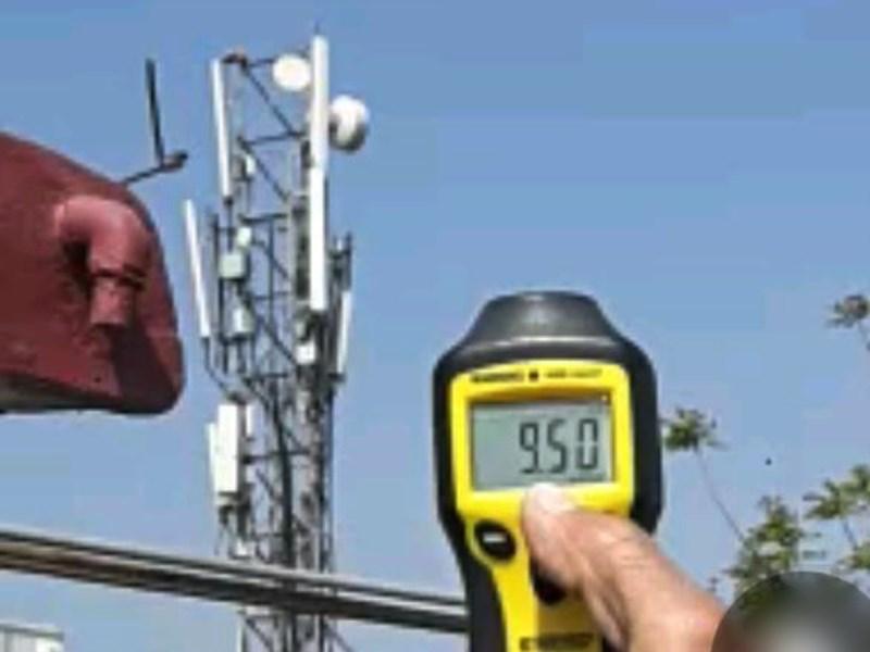Mobile Tower Radiation : इंदौर में तय सीमा से अधिक हानिकारक तरंगें छोड़ रहा मोबाइल टावर