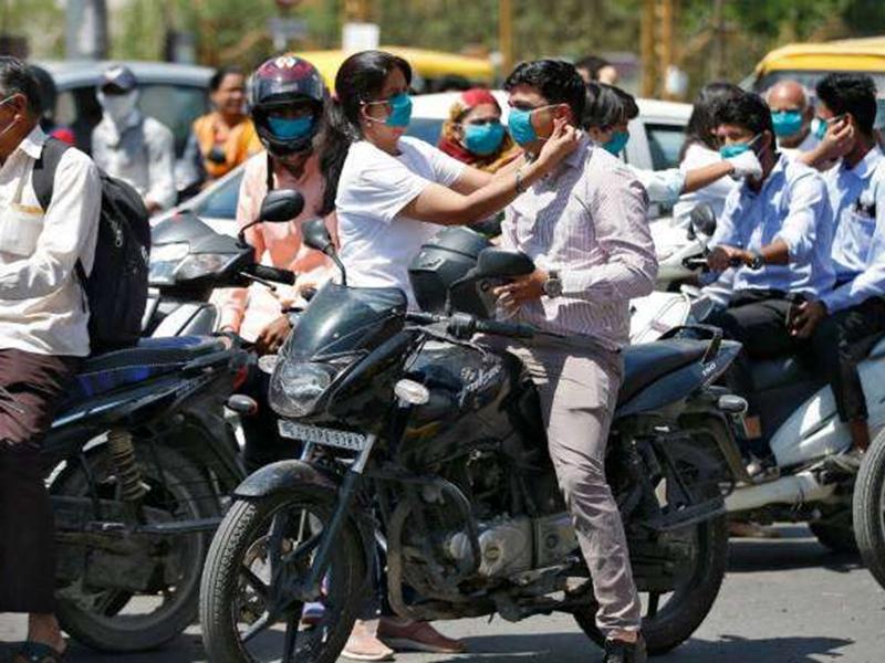 Coronavirus Crisis: दिल्ली, मुंबई में Face Mask लगाना हुआ अनिवार्य, इस राज्य में भी लागू