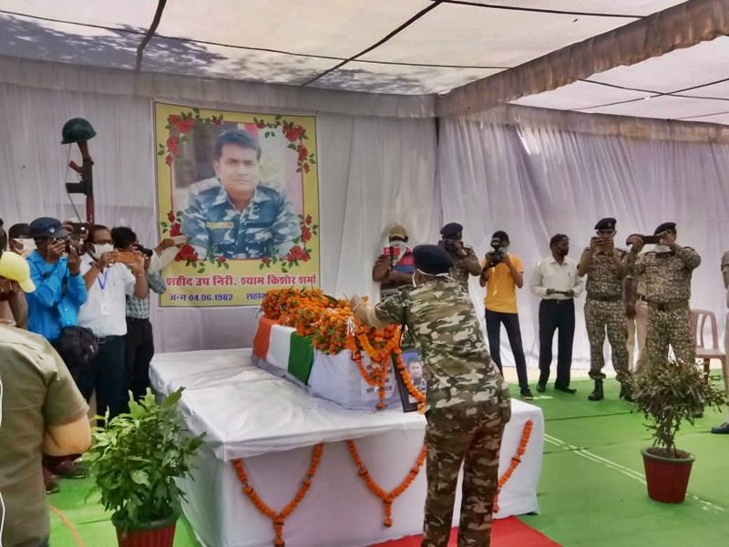 Chhattisgarh Naxal Encounter : पुलिस टीम पहुंची तो पिता बोले- क्या शहीद हो गया मेरा बबलू?