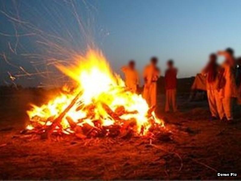 जलती चिता से पुलिस ने जब्त की हड्डियां, बेटों पर हत्या का अपराध दर्ज