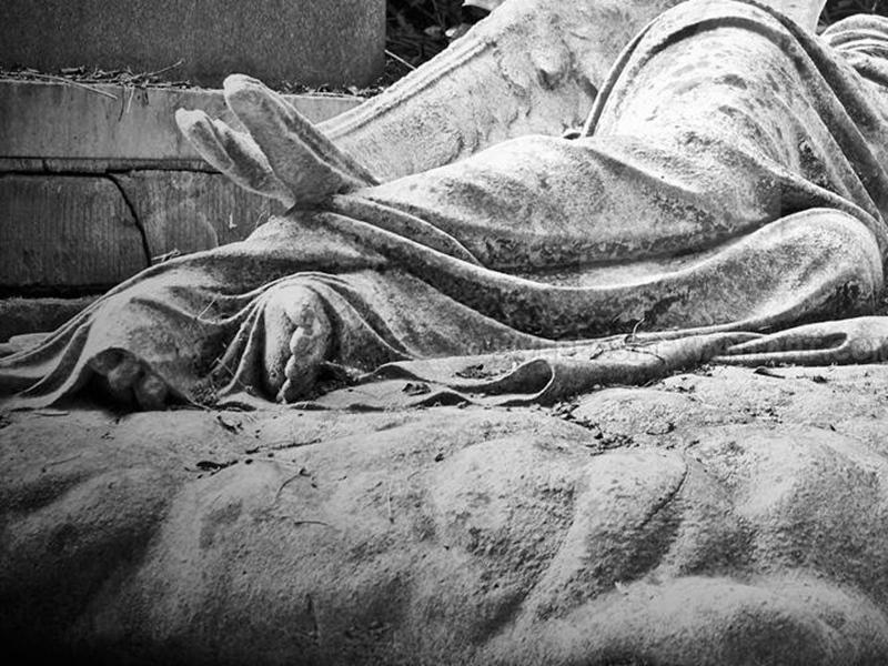 दुष्कर्म का आरोपी थाने से भागा, कब्रिस्तान मे सोता हुआ मिला