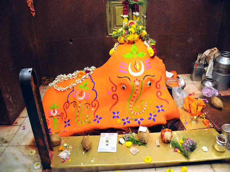 Chintaman Ganesh : श्रद्धालुओं की संख्या कम फिर भी बाहर से दर्शन