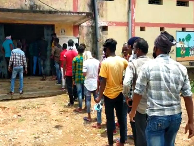 Coronavirus in Chhattisgarh : प्रवासी मजदूर बोले, दो रोटी कम खाएंगें, लेकिन वापस नहीं जाएंगे