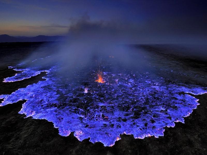 Indonesia में ज्वालामुखी उगलता है नीला लावा, तस्वीरें देखकर आप रह जाएंगे हैरान