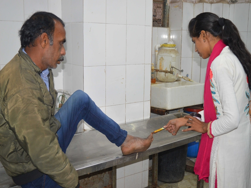 Madhya Pradesh News :  रतलाम जिला अस्पताल के आईसीयू में मरीज के परिजन का अंगूठा चूहों ने कुतरा
