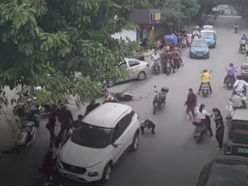 OMG : एक्सीडेंट के बाद कार के नीचे फंस गई महिला, 30 लोगों ने कार उठाकर महिला को निकाला