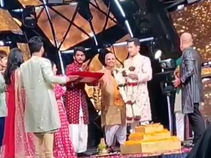 Neha Kakkar ने Aditya Narayan से कर ली शादी, Indian Idol 11 के सेट का वीडियो वायरल