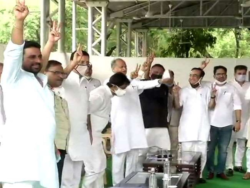 Rajasthan Sachin Pilot Vs Ashok Gehlot Live Updates: अशोक गहलोत की बैठक में पहुंचे 106 विधायक, सीएम ने दिखाया विक्ट्री साइन