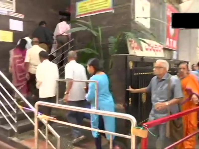 RBI ने पैसा निकालने की लिमिट तय की तो जमाकर्ताओं में फैली घबराहट, बैंक के बाहर लगी भीड़