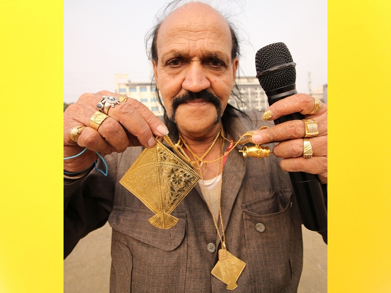 Gold kite : पतंगबाजी की दीवानगी, गले में पहनी पांच लाख रुपए की सोने की पतंग