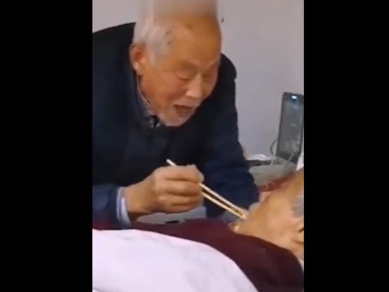 Coronavirus संक्रमित पत्नी को 87 साल के बुजुर्ग खिला रहे खाना, सोशल मीडिया वायरल हुआ VIDEO