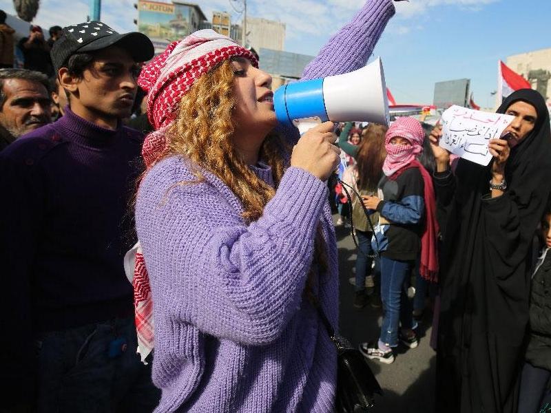 इराक में सरकार विरोधी प्रदर्शन में सड़कों पर उतरी हजारों महिलाएं, ठुकराई शिया नेता की अपील