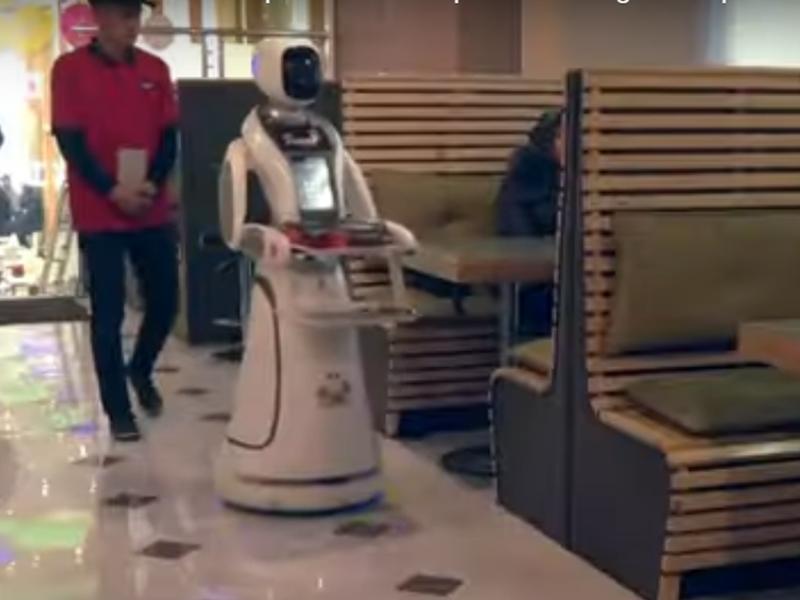इस देश में पहली बार आया रोबोट, वेट्रेस टिमिया को देखने के लिए बड़े और बच्चे सब दीवाने