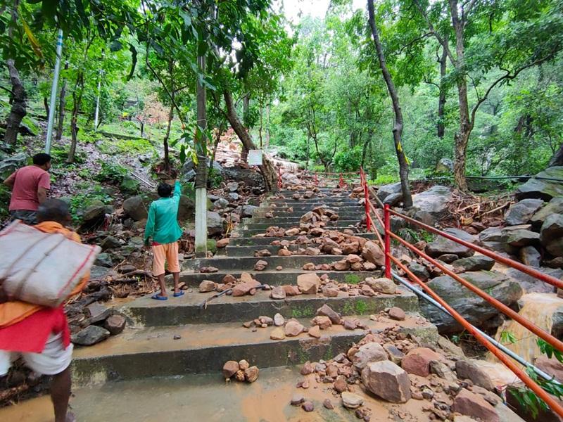 Ambikapur News : अतिवृष्टि से पहाड़ का हिस्सा गिरा, कुदरगढ़ में तबाही, देखें VIDEO