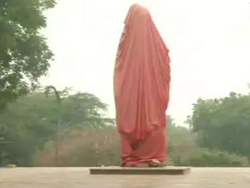JNU Campus : विवेकानंद की मूर्ति के चबूतरे पर लिखी अभद्र टिप्पणी, अभी नहीं हुआ है अनावरण