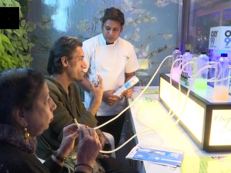 Delhi Oxygen Bar: दिल्ली में बिकने लगी शुद्ध हवा, 7 फ्लेवर्स में Pure Oxygen देने खुला ऑक्सीजन बार