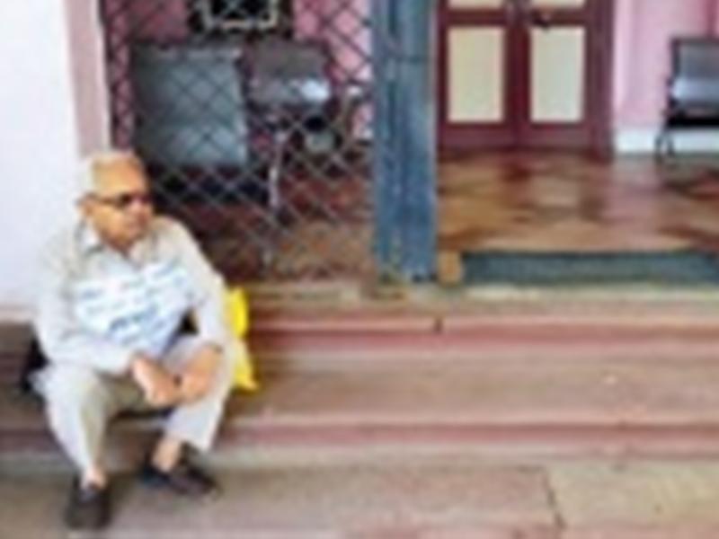 Dhar News : नहीं हुई सुनवाई तो सीने पर पोस्टर चिपकाकर धरने पर बैठ गया बुजुर्ग