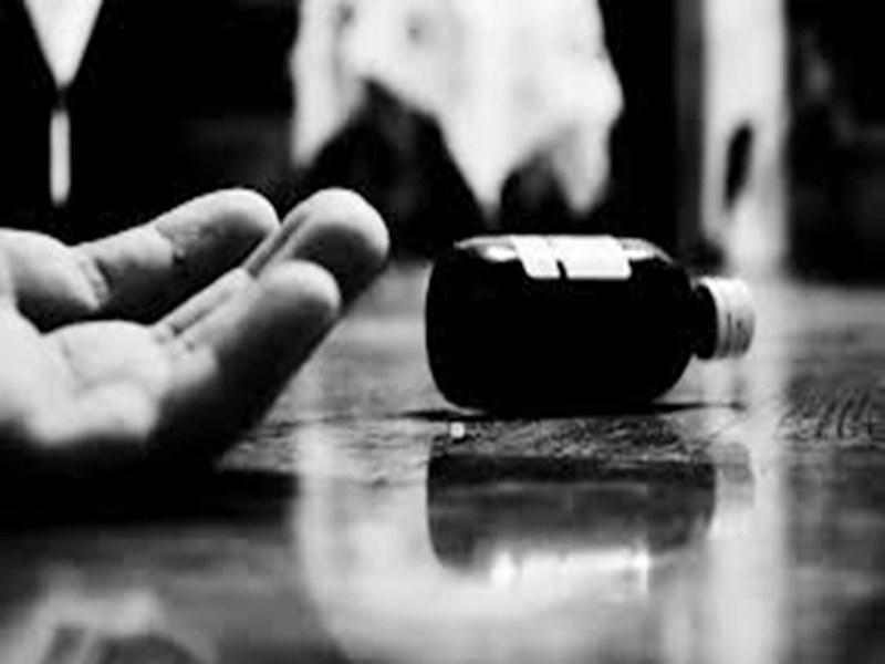 Ratlam News : बोतल में भरा जहर पीकर वो पत्नी से बोला- ले तू भी पी ले