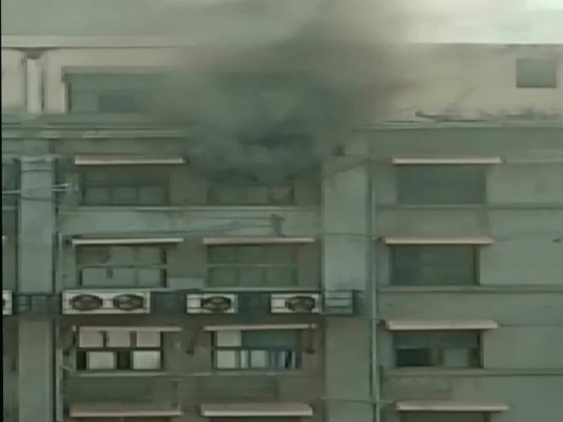 Greater Noida West की सोसायटी में लगी आग, 50 रहवासी फंसे, मुंबई के GST भवन में भी आग