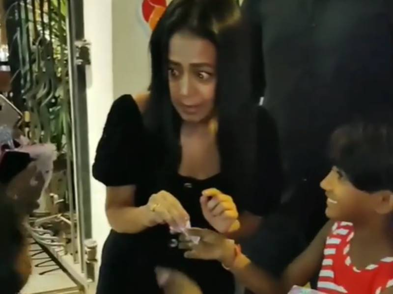 वीडियो में देखिए Neha Kakkar की दरियादिली,  Aditya Narayan से शादी की बात पर खूब खुलकर हंसी