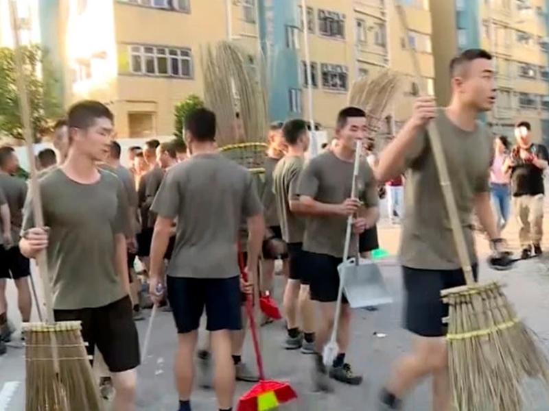 Hong Kong Protests : पहली बार चीन की सेना घुसी, स्वयं सेवक के रूप में सड़कों को किया साफ